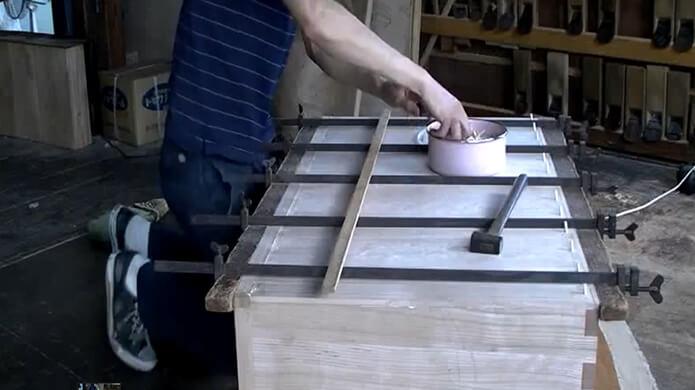 一つ一つ職人が手作業で桐箪笥を作っています。